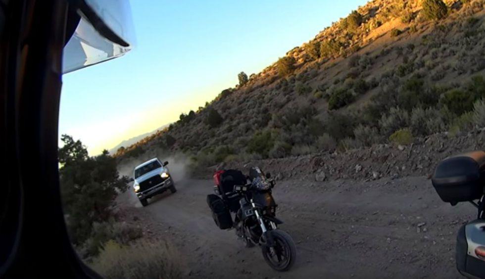 Miles en Facebook expresaron su asombro al ver lo que ocurrió con los motociclistas.(Foto: Captura)
