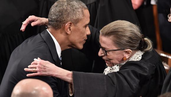 En esta foto de archivo tomada el 12 de enero de 2016, Barack Obama es visto siendo recibido por la jueza Ruth Bader Ginsburg en el Capitolio de Estados Unidos en Washington. (AFP / NICHOLAS KAMM).