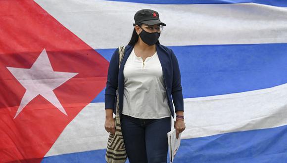 Una exguerrillera de las FARC e integrante del partido Comunes participa en una manifestación en apoyo al gobierno del presidente de Cuba, Miguel Díaz-Canel, frente a la Embajada cubana en Bogotá el 14 de julio de 2021. (Foto de Juan BARRETO / AFP).