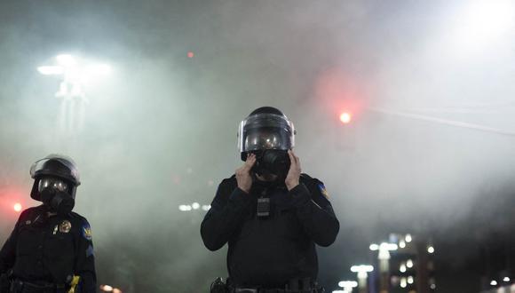 La policía usa gas lacrimógeno para disolver a los manifestantes reunidos en las afueras del Centro de Convenciones de Phoenix, Arizona, en agosto de 2017. (Foto: Archivo/Laura Segall / AFP)