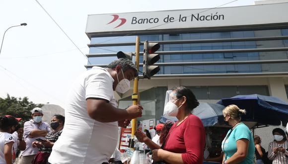 Recuerde que el grupo 4 de beneficiarios incluye a las familias que no tienen cuenta bancaria ni número de celular a su nombre, por ello cobran presencialmente en las agencias del Banco de la Nación. (Foto: Jesus Saucedo / GEC)