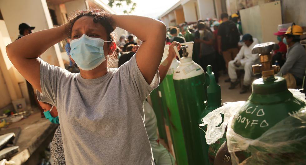 Familiares de pacientes de COVID-19 hacen cola para recargar los tanques de oxígeno para sus seres queridos en el hospital regional de Iquitos, la ciudad más grande de la Amazonía del Perú, uno de los países del mundo más afectados por el coronavirus. (Foto de Cesar Von BANCELS / AFP).