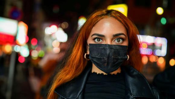 Además de usar una mascarilla, debemos complementar su protección con una serie de nuevas costumbres para evitar el contagio y propagación del coronavirus. (Foto: Reuters)