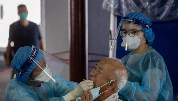 La campaña de test masivos cuenta con el apoyo del Gobierno de Beijing, que ha enviado equipos de profesionales sanitarios. (EFE/EPA/JEROME FAVRE)