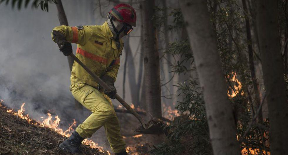 Veinticuatro personas fueron asistidas por quemaduras leves e inhalación de humo, mientras que una persona sufrió quemaduras más graves. (Foto: AP)