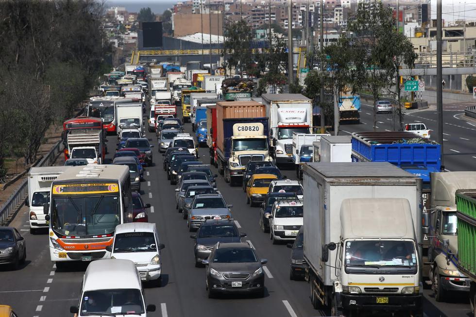 Taxis, vehículos particulares, motos lineales, camiones y ómnibus de transporte público han acaparado la vía de la Panamericana Sur y la entrada de la Vía de Evitamiento con destino a Lima este. (Foto: Fernando Sangama/ GEC)