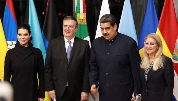 El presidente de Venezuela, Nicolás Maduro y su esposa Cilia Flores posan junto al canciller de México, Marcelo Ebrard, con su esposa Rosalinda Bueso. (HANDOUT / MEXICAN FOREIGN MINISTRY / AFP).