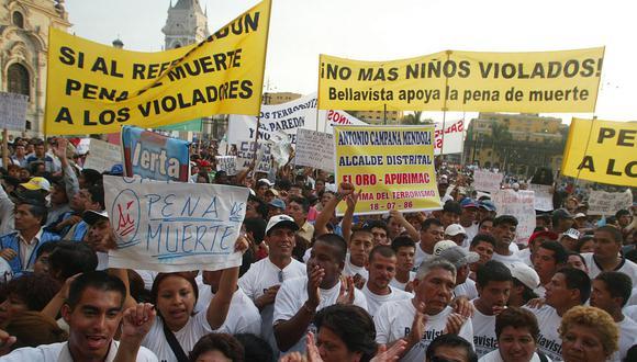 En enero del 2007, cientos de personas a favor de la pena de muerte para violadores de niños reciben el apoyo del entonces presidente Alan García, quien los recibió en Palacio de Gobierno. (Foto: Archivo El Comercio / Juan Ponce)