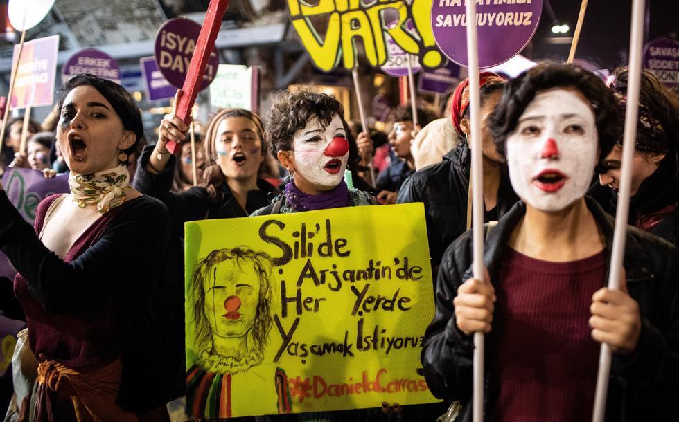 Las manifestantes gritan consignas y sostienen un cartel con el dibujo de la artista callejera chilena Daniela Carrasco durante una protesta en Estambul en el Día Internacional para la Eliminación de la Violencia contra la Mujer. (EFE / EPA / SEDAT SUNA).