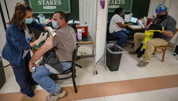 Imagen referencial que muestra cómo avanza la campaña de vacunación en Nueva York. AP