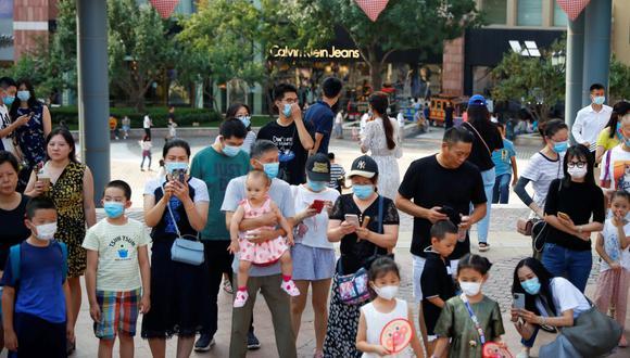 La gente se mezcla en el complejo comercial Solana luego de un brote de la enfermedad del coronavirus (COVID-19), en Beijing, China. (Foto: REUTERS / Thomas Peter).