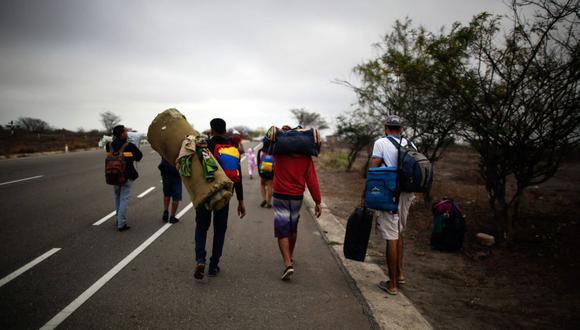 Los migrantes venezolanos caminan a lo largo de una ruta, luego de salir de las instalaciones del CEBAF (centro de atención fronteriza binacional) en Tumbes, Perú, el 1 de noviembre de 2018. (Foto de Juan VITA / AFP).