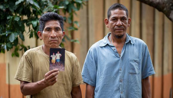 Armando y Celso sostienen una foto de su madre, María Enriqueta Matute, asesinada en 2013. Foto: Martín Cálix.