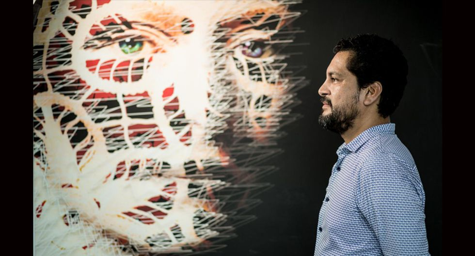 Antonio Zegarra y un retrato de la soprano Yma Sumac, diseñado por él, que forma parte de la muestra 'Arte Interactivo'. (Foto: Karen Zarate)