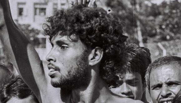 """Noor Hossain en Dhaka en 1987, momentos antes de que la policía le disparara. """"Abajo la autocracia"""", se lee en su torso. (DINU ALAM)"""