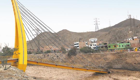 El 17 de marzo del 2017, durante El Niño costero, la fuerza de las aguas del río Rímac hizo colapsar las bases del puente Solidaridad, que unía El Agustino y San Juan de Lurigancho. Este distrito ha gastado menos del 5% de sus recursos proyectados este año para afrontar desastres naturales (Foto. archivo)