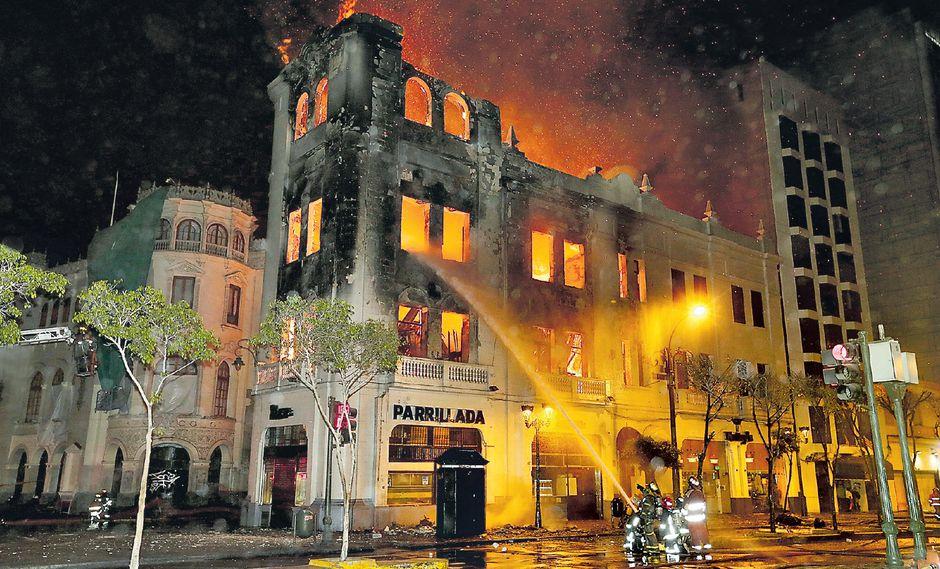 Durante doce horas los bomberos trabajaron para sofocar el incendio que dejó en ruinas el edificio más antiguo de la plaza San Martín, donde funcionaban dos pollerías y un hostal desde hace varios años.  (Foto: USI)