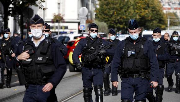 Policías franceses se encuentran en un perímetro de seguridad tras un ataque con cuchillo en la iglesia Basílica de Notre Dame en Niza, Francia. (Foto: EFE / EPA / SEBASTIEN NOGIER).