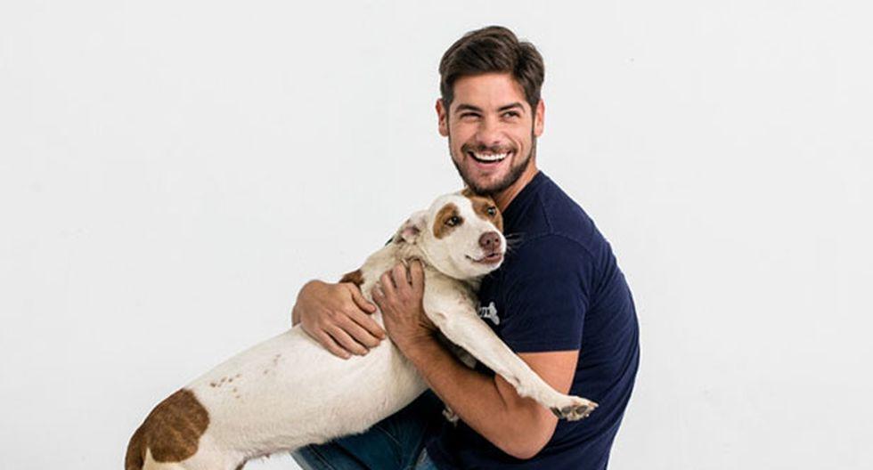 El actor Andrés Wiese es voluntario activo de la Asociación WUF y una de las caras de la campaña para promover la plataforma Club WUF. En esta foto posa junta a Bella, una WUF que está en busca de un hogar.