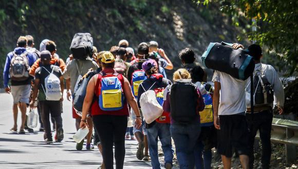 Migrantes venezolanos caminan por una carretera en Cúcuta, Colombia, en la frontera con Venezuela, el 2 de febrero de 2021. (Foto de Schneyder MENDOZA / AFP).