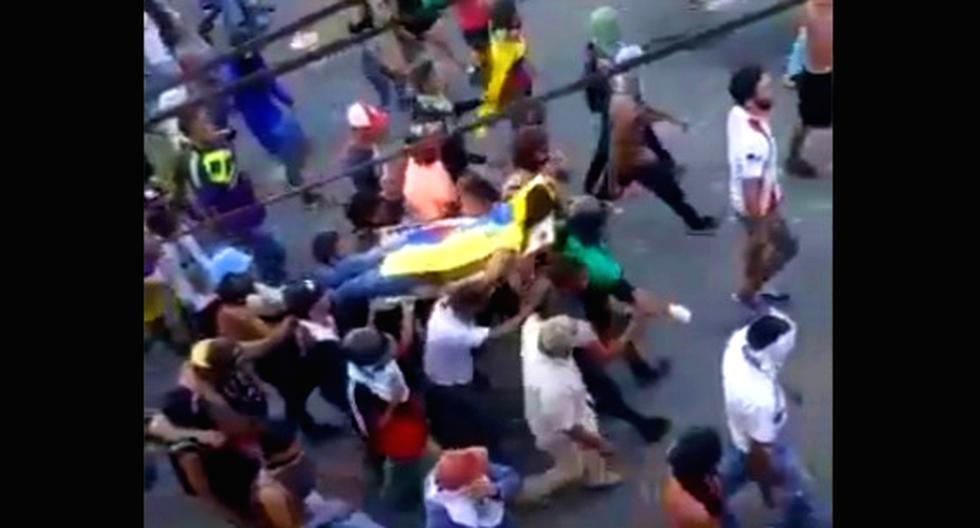 Durante una manifestación en la localidad central de La Victoria, estado Aragua, murió el opositor Samuel Méndez. La imagen muestra cuando llevan su cadáver por las calles. Foto: Captura de video