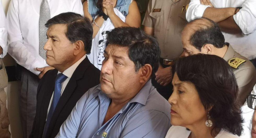 Los padres de suboficial PNP Elvis Miranda junto al ministro del Interior, Carlos Morán. (Foto: Carlos Chunga)