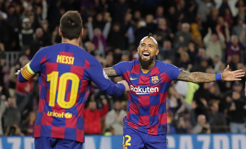 Arturo Vidal celebra con Lionel Messi, sin embargo, el gol del chileno fue anulado por offside del argentino. (Foto: AP /Emilio Morenatti)