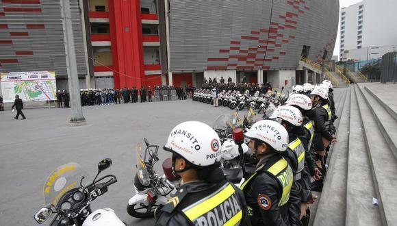 La policía debe encargarse de la seguridad en los alrededores de los estadios. (Foto: Archivo GEC)
