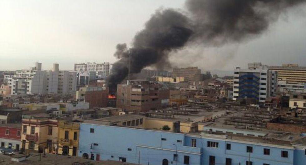 Incendio consumió parte de un antiguo solar en Breña