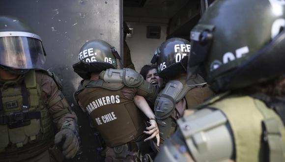 En esta foto de archivo del 24 de octubre de 2019, policías detienen a un manifestante contra el gobierno en Santiago de Chile. (AP Foto/Rodrigo Abd, Archivo).