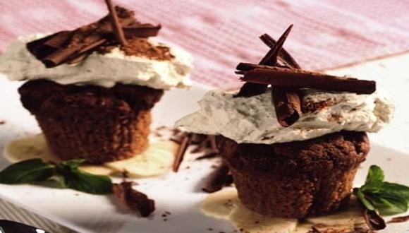Muffins de chocolate con chantilly al café