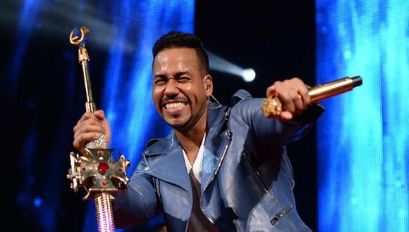 Romeo Santos sorprendió con su aparición en los Premios Soberano para recibir uno de los galardones principales de la gala. (Foto: JEWEL SAMAD / AFP)