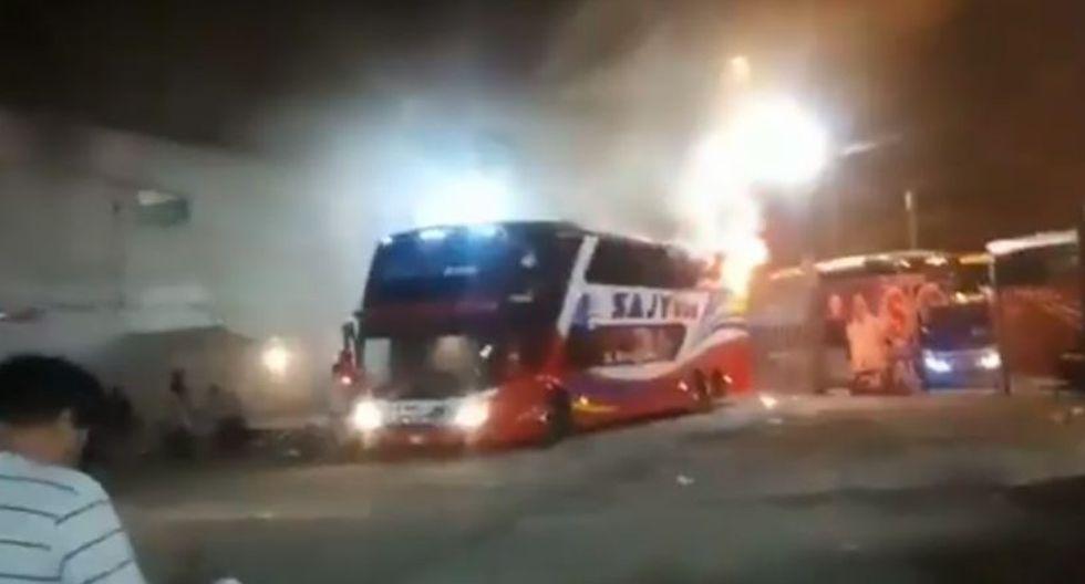 En el video se aprecia que las llamas se originaron en el segundo piso del bus. (Foto: Harry Gordillo Ayasta / @harrygordillo)