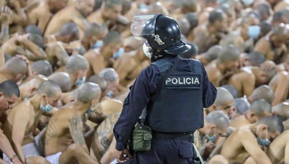 Imagen del 25 de abril de 2020 divulgada por la oficina de prensa de la Presidencia de El Salvador que muestra a los pandilleros en la prisión de Izalco, al noroeste de San Salvador, durante un operativo de seguridad. (AFP).