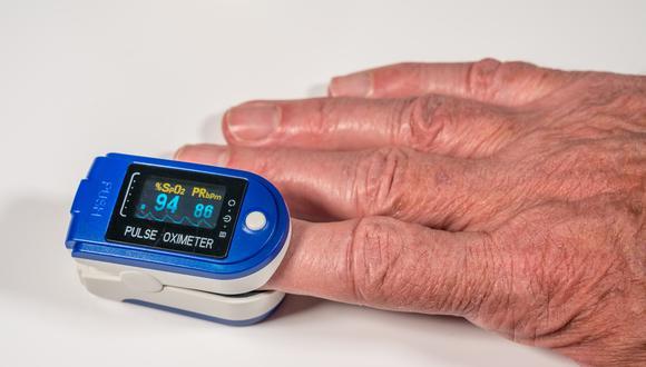 El oxímetro de pulso es un dispositivo que te permite monitorear el estado de personas con síntomas de COVID-19. (Foto: Shutterstock)