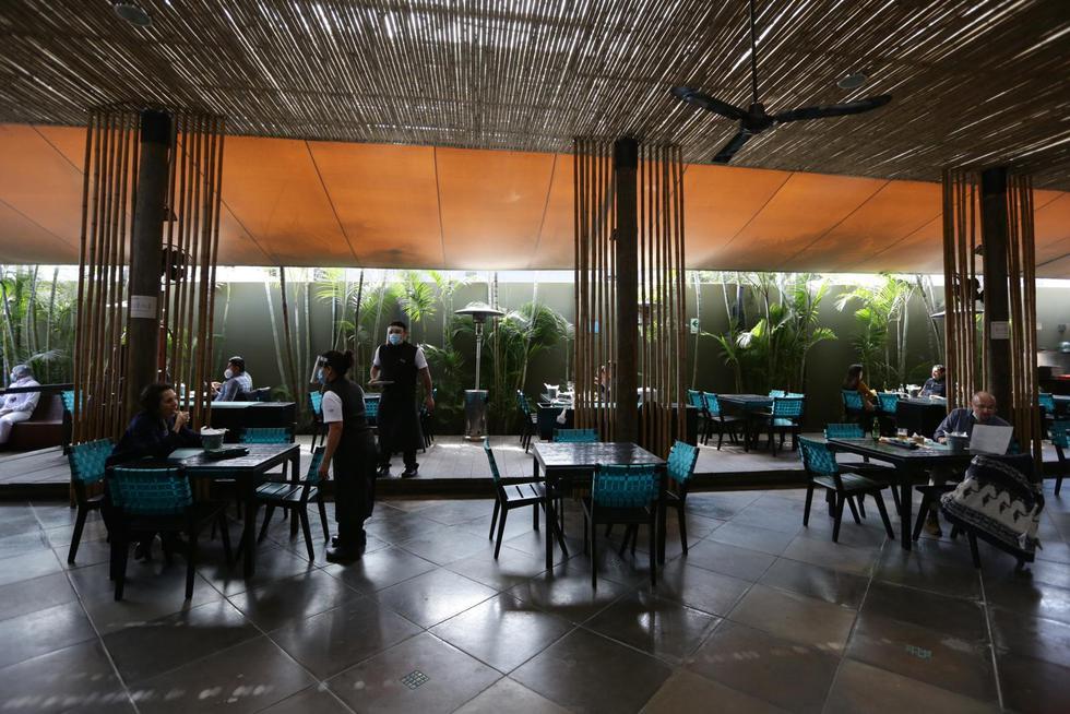 Hoy, lunes 20 de julio, comenzaron a operar los salones de los restaurantes en el país, siempre y cuando respeten los protocolos. (Foto: Fernando Sangama | GEC)