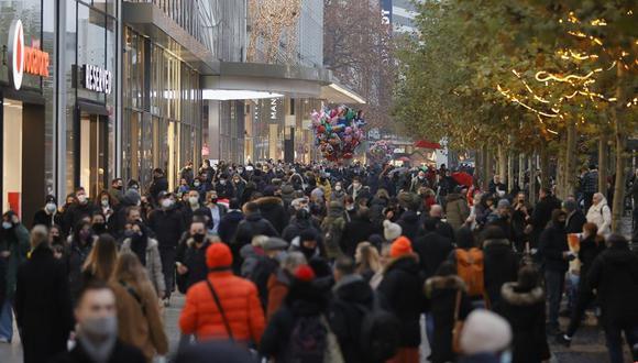 Una calle comercial de Fráncfort abarrotada el último sábado. (EFE/EPA/RONALD WITTEK)