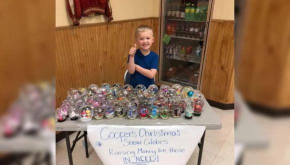 Cooper Patera es un niño de cinco años que fabrica bolas de nieve de cristal para venderlas y ayudar a personas sin hogar.
