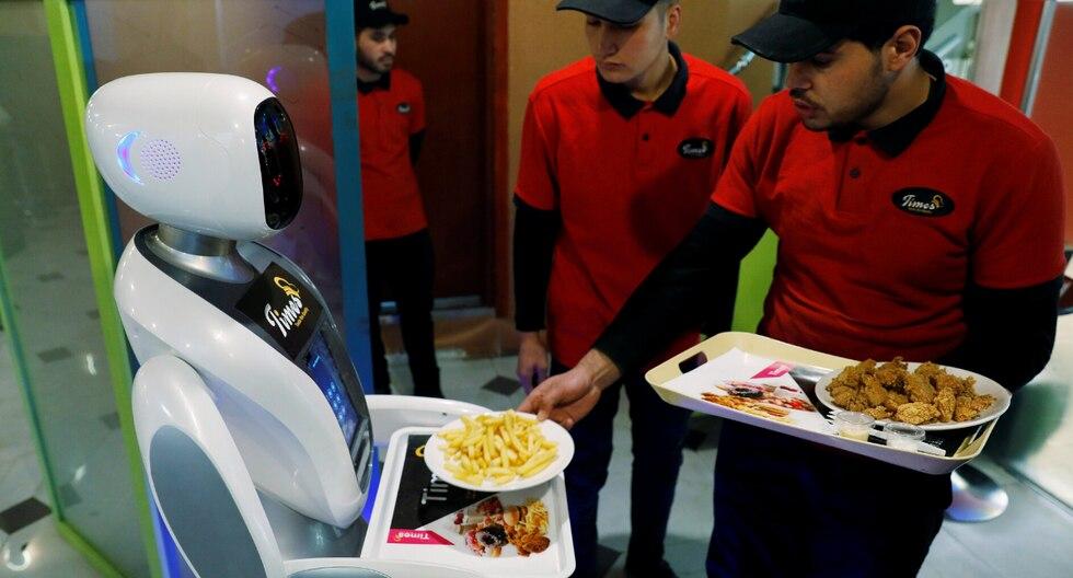 """El robot humanoide blanco con una cabeza diseñada para que parezca vagamente la de una mujer vistiendo un hiyab y con brazos articulados, mide 1,50 metros y se llama """"Timea""""."""