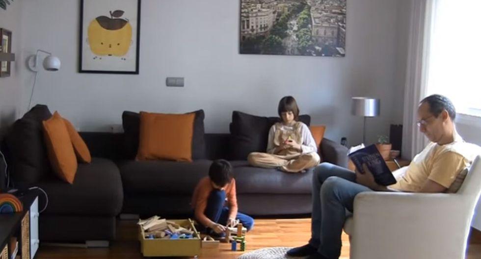 Él podía leer un libro que le gustaba, mientras sus hijos jugaban en un mueble. (YouTube: ViralHog)