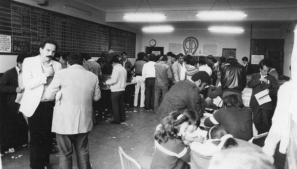 El 13 de julio de 1980, se registró a varias personas apostando en uno de los locales del Jockey Club del Perú ubicado en San Isidro. (Foto: Gerardo Samanamud /  El Comercio)