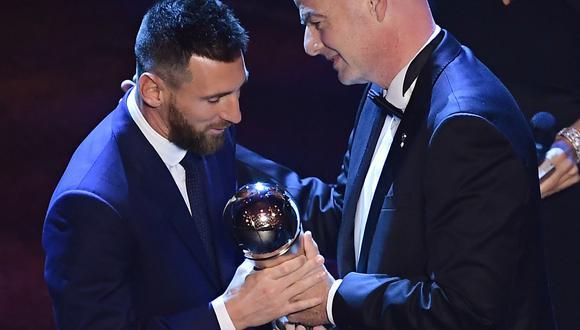 Lionel Messi recibe el premio The Best, como el mejor jugador de la temporada anterior, de manos de Gianni Infantino, presidente de la FIFA. (Foto: AFP / Marco Bertorello)