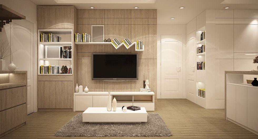 Una sala beige y blanca se ve muy elegante e iluminada. (Foto: Pixabay)