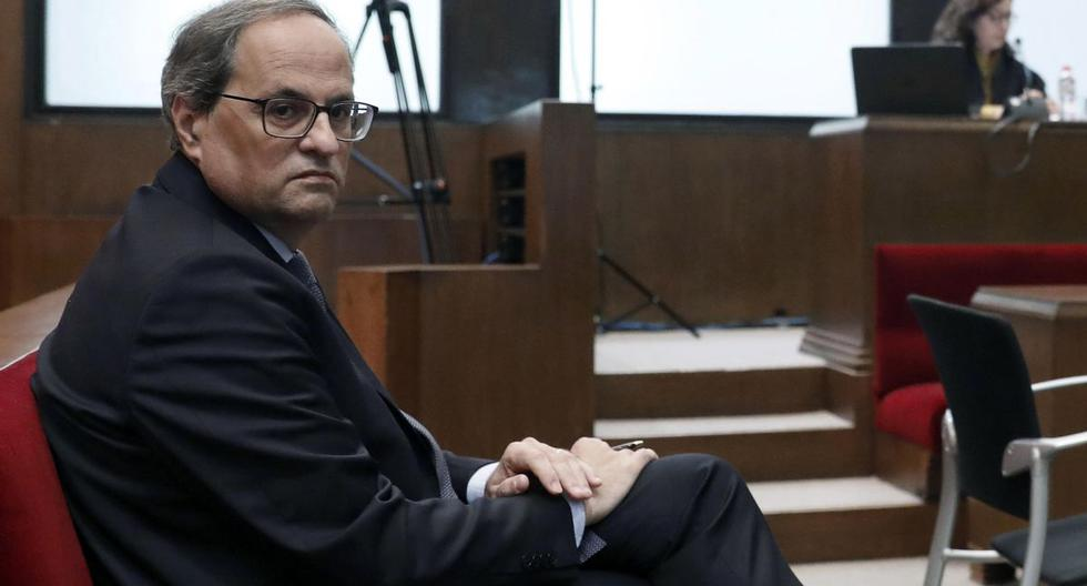 El presidente regional catalán, Quim Torra, aparece en el juzgado de Barcelona durante su juicio por cargos de desobediencia por negarse a eliminar los símbolos separatistas catalanes de los edificios públicos durante la campaña electoral parlamentaria. (AFP)