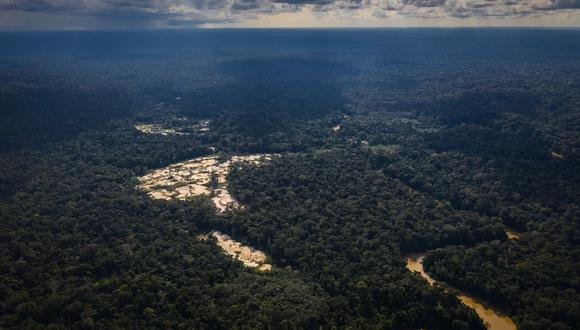 Esta es una toma aérea de la incesante depredación de bosques a causa de la minería ilegal en las proximidades de la comunidad nativa de Boca Pariamanu, en Madre de Dios. (Foto: SPDA)