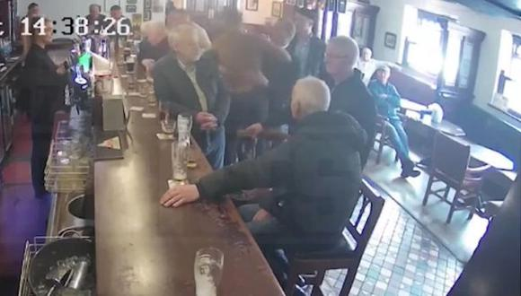 El brutal puñetazo que Conor McGregor le propinó a un hombre en un bar. (Captura: YouTube)