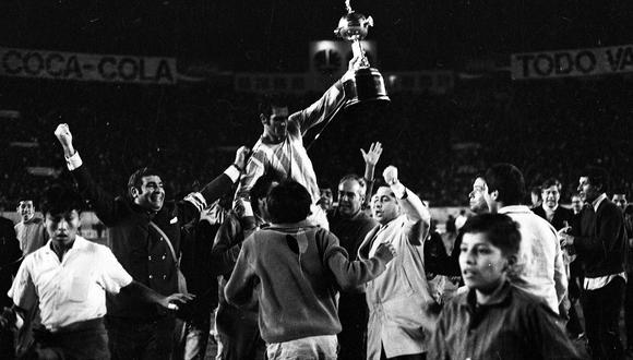 El capitán del Nacional, Luis Ignacio Ubiña, con camiseta de Estudiantes, levantó la Copa Libertadores de América por primera vez en su historia. (Foto: Archivo Histórico El Comercio)