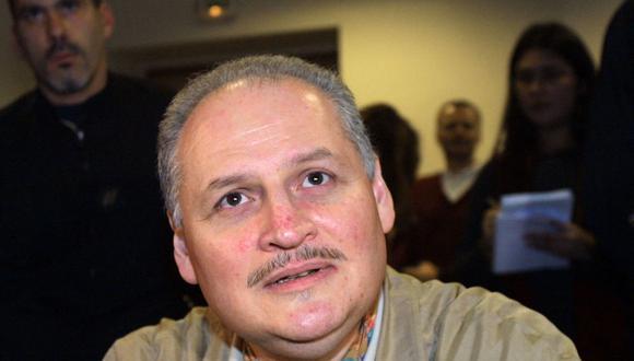 """En esta fotografía de archivo tomada el 28 de noviembre de 2000, el terrorista venezolano condenado Ilich Ramírez Sánchez, alias """"Carlos"""", espera en el Palacio de Justicia de París antes de ser interrogado por fiscales alemanes. (THOMAS COEX / AFP)."""