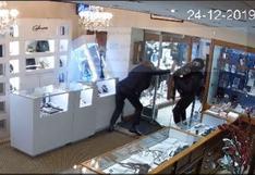 Inglaterra: Dueño de joyería se enfrenta a ladrón para evitar robo a su tienda
