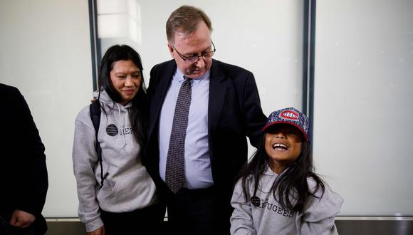 La filipina Vanessa Mae Rodel y su hija de cuatro años, Ajith Pushpakumara, que vivían en Hong Kong en situación ilegal desde hace años, llegaron la madrugada del martes a Canadá. (AFP)